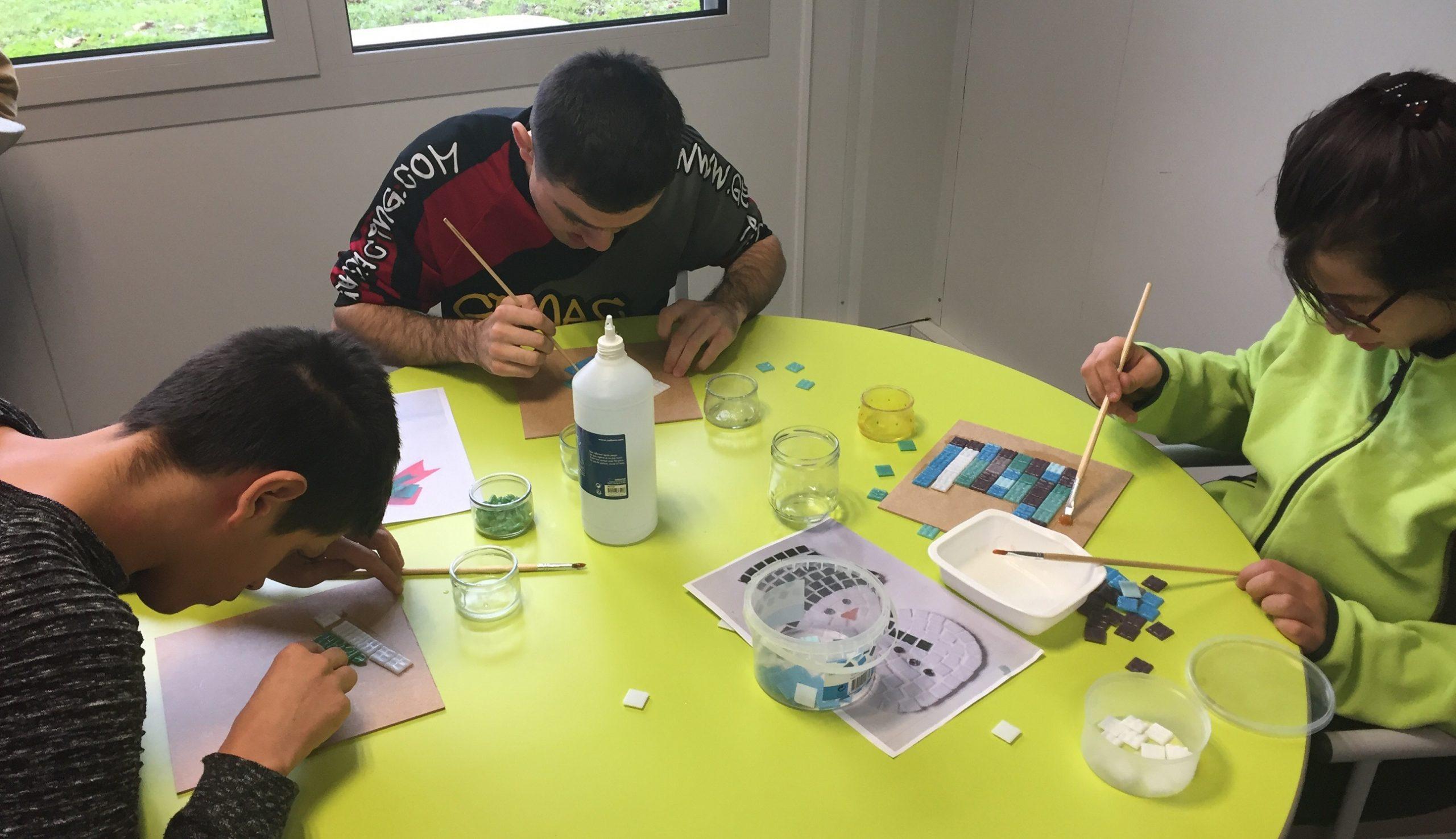 atelier mosaisue personnes en situation de handicap foyer de lassignieu